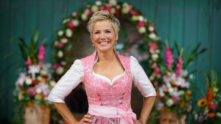 """Moderatorin Inka Bause versucht in der nunmehr 13. Staffel von """"Bauer sucht Frau"""" alleinstehenden Landwirten zur großen Liebe zu verhelfen. (Foto)"""