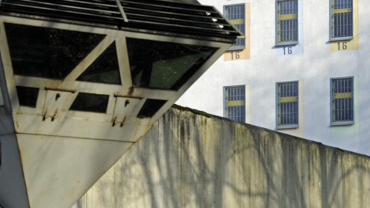 In der JVA Bochum starb ein Serienmörder, nachdem er sich beim Masturbieren mit Stromschlägen stimulieren wollte.