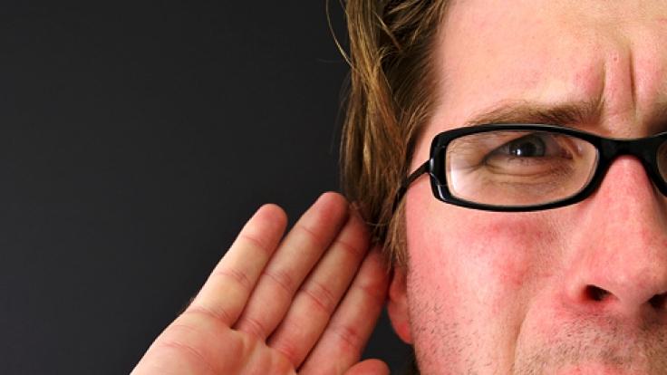 Bitte was? Mit dem rechten Ohr hören wir besser. (Foto)