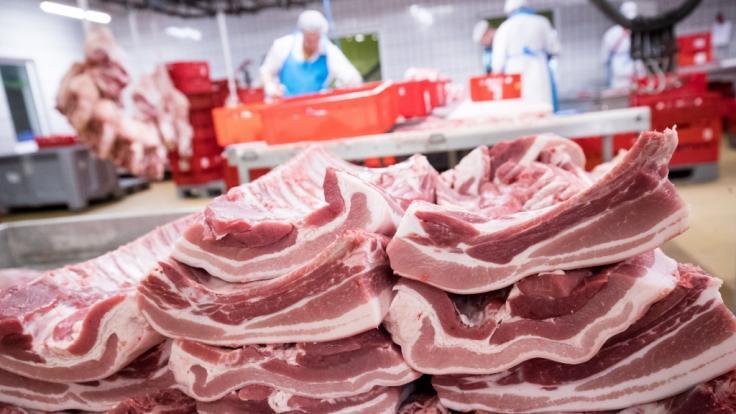 Rippen und Bauchfleisch vom Schwein liegen auf einer Ablage eines Fleischgroßmarkts. (Foto)