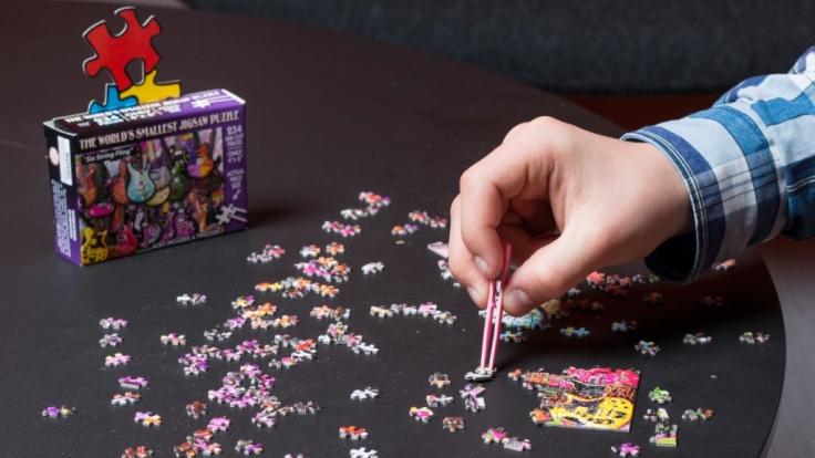 Das kleinste Puzzle der Welt mit mehr als 200 Teilen ist im fertigen Zustand gerade mal so groß wie ein Foto. (Foto)