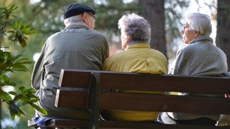 Bei der Angleichung der Renten in Ost und West gibt es Unstimmungkeiten - offenbar dürfen sich Ost-Rentner über einen Bonus freuen, während der Westen leer ausgeht. (Foto)