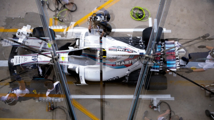 Formel 1, Großer Preis von Brasilien, Vorbereitungen am 10.11.2017 im Interlagos Autodrome in Sao Paulo (Brasilien). Teams arbeiten an einem Rennwagen bei den Vorbereitungen für den GP. (Foto)