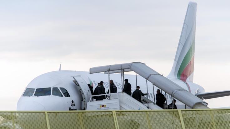 Abgelehnte Asylbewerber werden in ihre Heimat abgeschoben. (Foto)