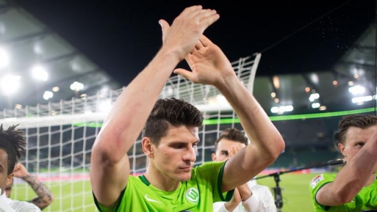 Der VfL Wolfsburg mit Mario Gomez steht in der Bundesliga-Relegation 2017 gegen Eintracht Braunschweig auf dem Platz. (Foto)