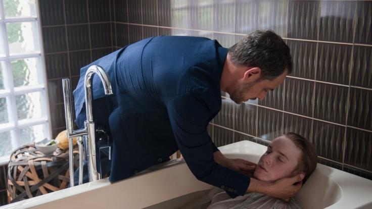Kronberg findet Leonhard in der Badewanne. (Foto)