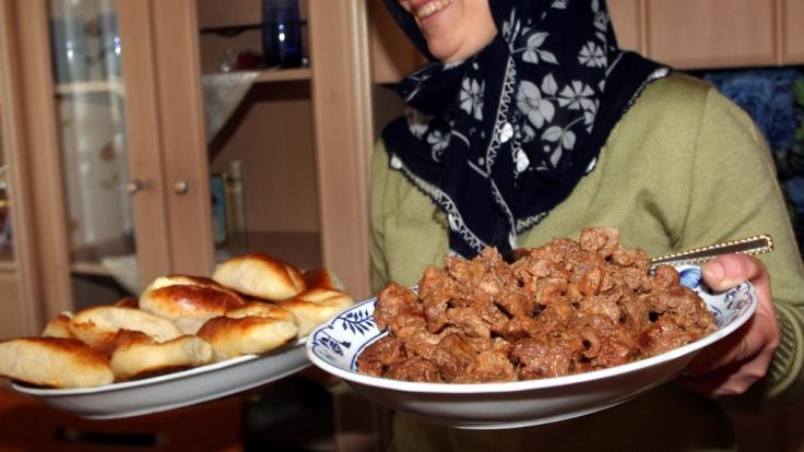 Mit Verwandtenbesuchen, Feuerwerk und Jahrmärkten wird im Islam traditionell der erste Tag des Festes des Fastenbrechens (Eid al-Fitr) begangen. (Foto)