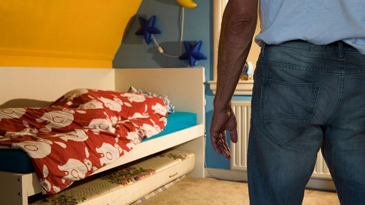 Ein Vater soll seine Tochter so schwer misshandelt haben, dass sie in Lebensgefahr schwebt (Symbolbild).