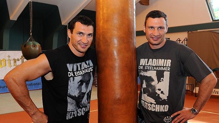 Sie blieben standhaft und behielten ihren Namen: Wladimir und Vitali Klitschko (von links). (Foto)