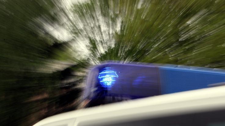 Die Polizei sucht nach einer Frau, die von einem Schiff am Rheinufer gefallen sein soll.