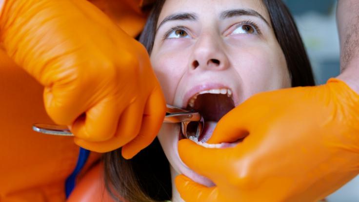 Ein Mann hat einer Frau mit den Händen die Zähne rausgerissen. (Foto)