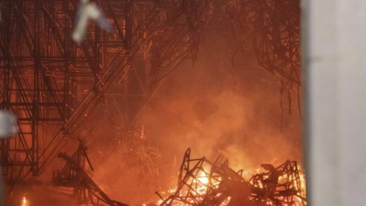 Über Stunden versuchte die Feuerwehr den Brand zu löschen. (Foto)