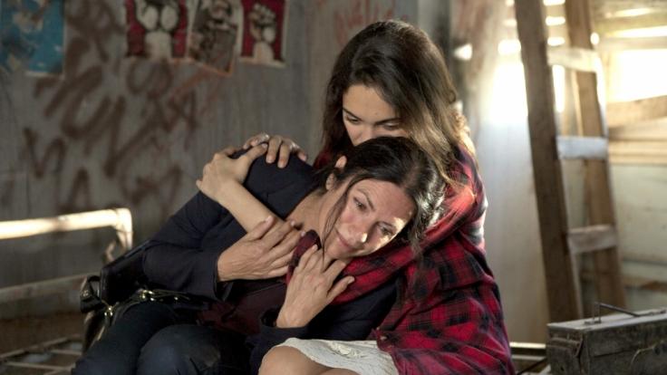 Katharina (Christine Neubauer) gesteht ihrer Tochter Laura (Nilam Farooq) die ganze Wahrheit über ihre traumatische Vergangenheit. (Foto)