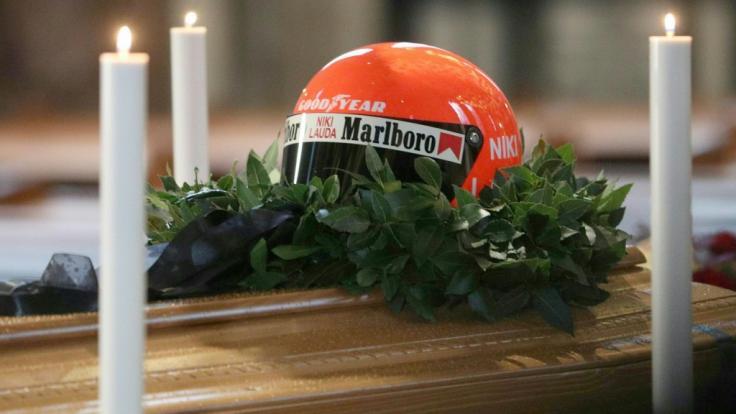 Ein Helm der verstorbenen Motorsport-Legende Niki Lauda liegt während der öffentlichen Aufbahrung im Wiener Stephansdom auf dem geschlossenen Sarg. (Foto)