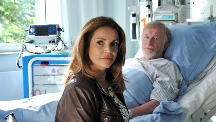 Veras (Rebecca Immanuel) Patienten Hubert Meinerzhagen (Hermann Beyer) leidet am lebensbedrohlichen Broken-Heart-Syndrom. (Foto)