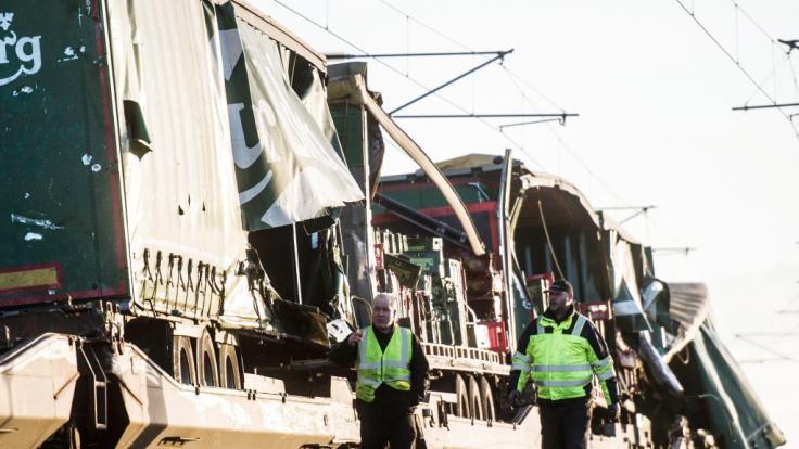 Bilder zeigen den beschädigten Güterzug nahe der Brücke über den Großen Belt bei Nyborg.