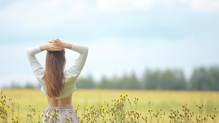 Nicole Poturalski zeigt sich ganz natürlich auf einer Blumenwiese. (Symbolbild) (Foto)