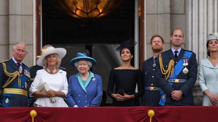 Da war die royale Welt noch in Ordnung: Queen Elizabeth II. im Sommer 2019 neben Meghan Markle und Prinz Harry Seite an Seite auf dem Balkon des Buckingham-Palastes. (Foto)