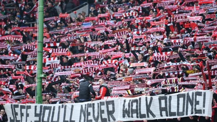 Die Kaiserslautern-Fans unterstützen ihre Mannschaft. (Symbolbild)