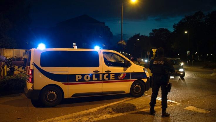 Unweit von Paris ist ein 47 Jahre alter Geschichtslehrer auf offener Straße enthauptet worden.