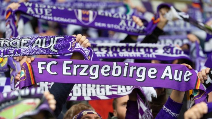 Mit ihren Schals zeigen die Fans von Erzgebirge Aue für welchen Verein ihr Hetz schlägt. (Symbolbild) (Foto)