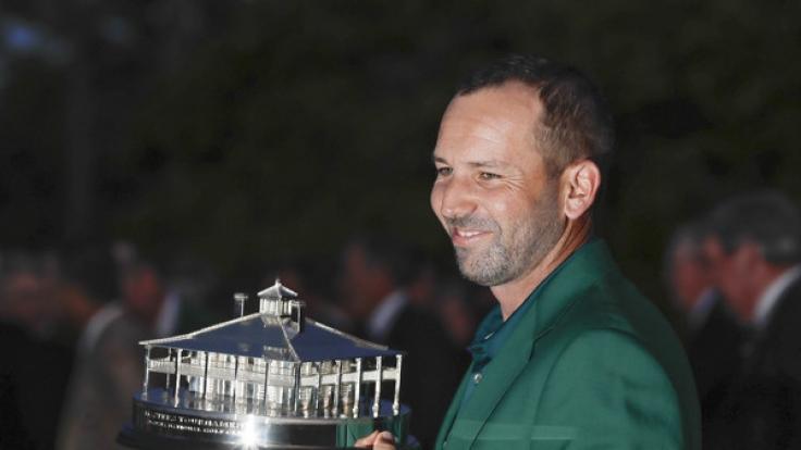 Golf: US-PGA-Tour - US Masters Einzel, Herren, Finalrunde am 09.04.2017 in Augusta, USA. Sergio Garcia aus Spanien hält die Sieger-Trophäe und trägt das Grüne Jacket.