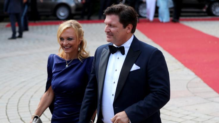 Schauspieler Francis Fulton-Smith und seine neue Freundin Claudia Maria Hillmeier bei der Premiere der diesjährigen Bayreuther Festspiele.