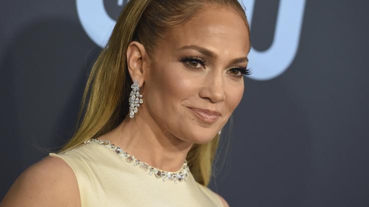 Jennifer Lopez bietet ihren Fans sandige Aussichten.