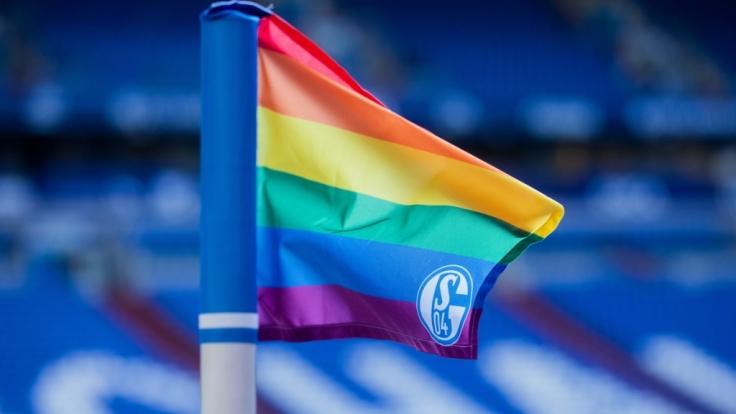 Die Fahne von Schalke 04 weht in verschiedenen Varianten für den Verein. (Symbolbild) (Foto)