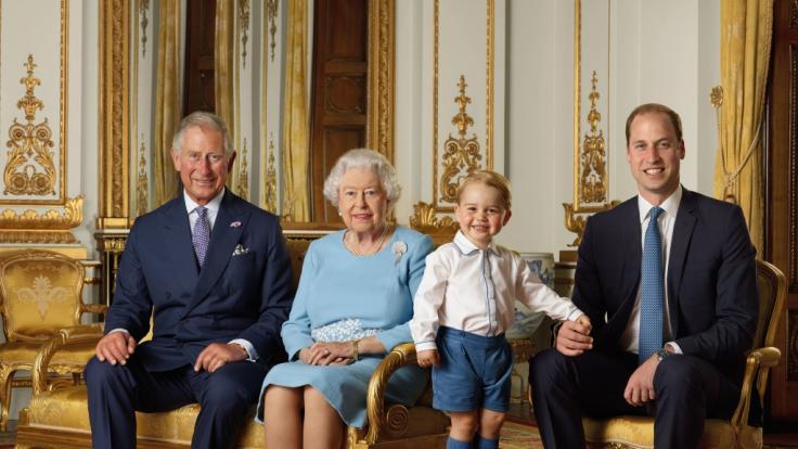 Werden Sie jemals König? Queen Elizabeth II. mit ihren Thronfolgern Prinz Charles, Prinz William und Prinz George.
