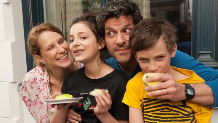 Sara (Chiara Schoras, l.), Pubertier Carla (Mia Kasalo, 2.v.l.), Papa Jan (Pasquale Aleardi) und Sohn Nick (Levi Eisenblätter). (Foto)