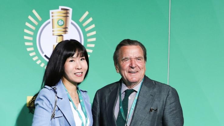 Alt-Kanzler Gerhard Schröder mit seiner 5. EhefrauSoyeon Kim beim Pokal-Finale 2019. (Foto)