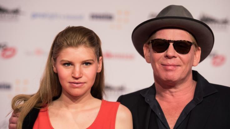 """Lilith Becker, hier mit ihrem Vater, dem Schauspieler Ben Becker, ist in der Personality-Doku """"7 Töchter"""" bei Vox dabei. (Foto)"""