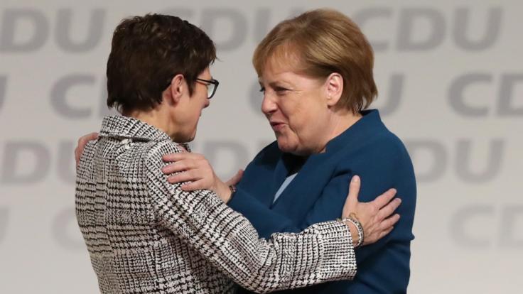 Angela Merkel gratuliert ihrer Nachfolgerin Annegret Kramp-Karrenbauer nach deren Wahlsieg zum CDU-Vorsitz.