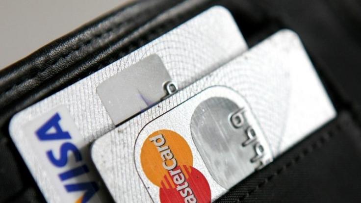 Viele Urlauber vertrauen im Urlaub auf ihre Kreditkarte. (Foto)