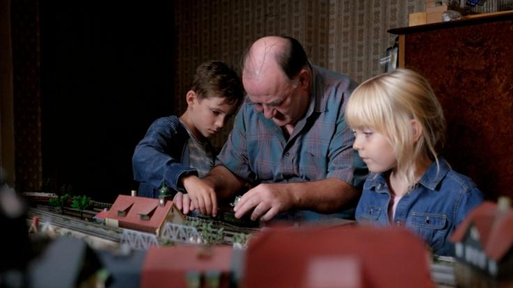 Randolph und Rebecca suchen nach ihren Kindern Paul (Levi Eisenblätter, l.) und Fee (Philine Steuer, r.) - diese waren die ganze Zeit bei Tiberius (Udo Samel, M.). (Foto)
