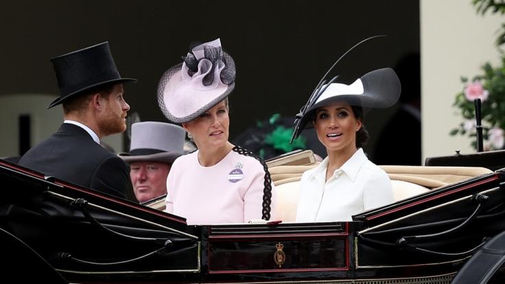 Wenn es nach Queen Elizabeth II. geht, könnten Gräfin Sophie von Wessex und Meghan Markle bald häufiger miteinander zu tun haben. (Foto)