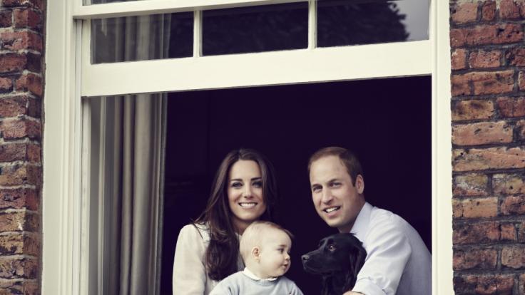 Prinz William, Herzogin Kate, Prinz George und Cocker Spaniel Lupo.