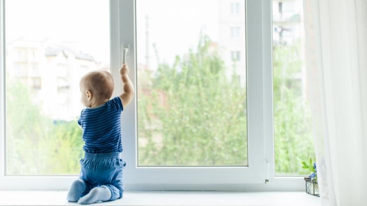 Offene Fenster können für kleine Kinder zu einer tödlichen Gefahr werden (Symbolbild). (Foto)