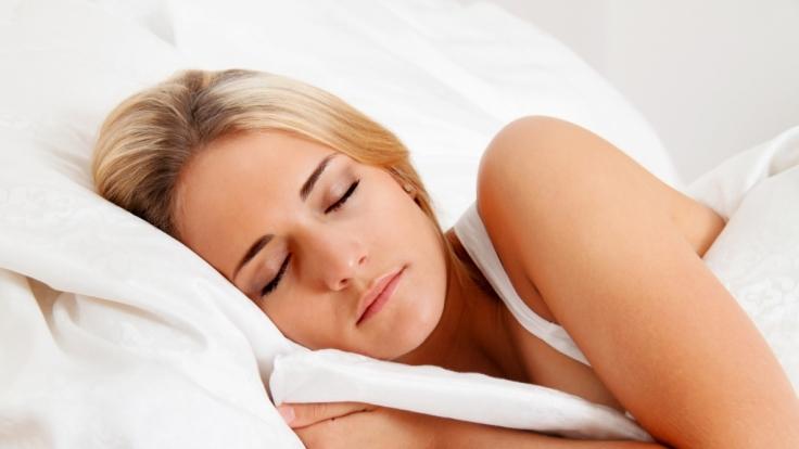 Auch wenn es noch so entspannend aussieht: In dieser Position muss der Körper über Nacht Höchstleistungen vollbringen. (Foto)