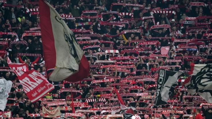 Auf der Tribüne feuern die Fans des 1. FC Köln ihre Mannschaft an. (Symbolbild) (Foto)