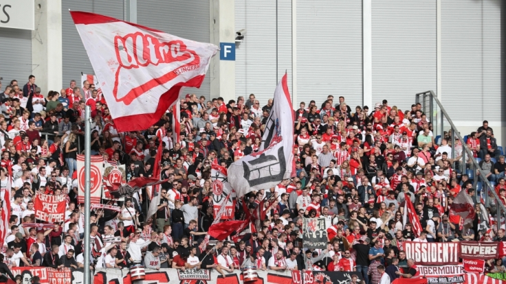 Banner und Fahnen sind auch die Werkzeuge, die die Fans von Fortuna Düsseldorf benutzen, um ihre Mannschaft zu unterstützen. (Symbolbild)