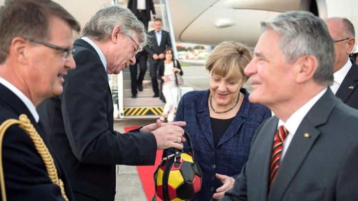 Mit Schlandtasche zum WM-Endspiel: Merkel zeigt Flagge.