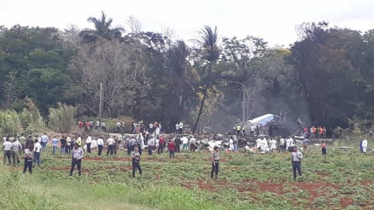 Rettungskräfte am Unfallort: In Havanna ist ein Passagierflugzeug vom Typ Boeing 737 kurz nach dem Start abgestürzt.