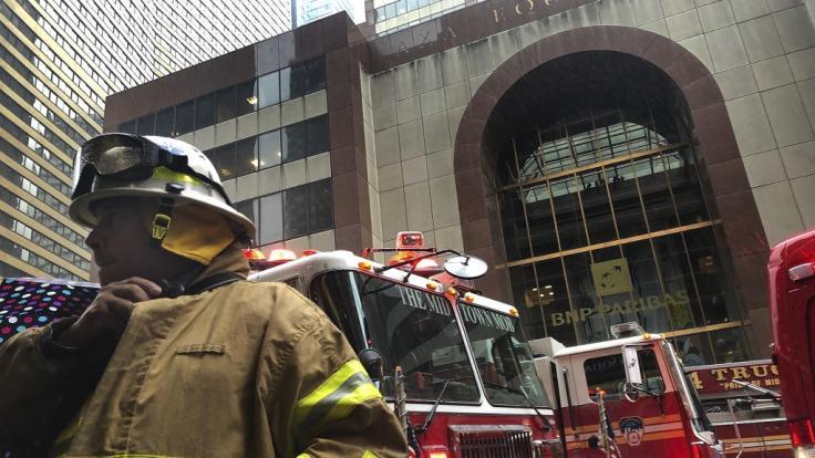 Nach einem Hubschrauberabsturz im New Yorker Stadtteil Manhattan waren zahlreiche Rettungskräfte im Einsatz.