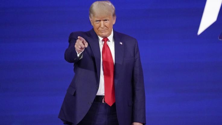 Bei seinem ersten öffentlichen Auftritt seit seinem Ausscheiden aus dem Amt hat der frühere US-Präsident Donald Trump die Neugründung einer eigenen Partei ausgeschlossen.