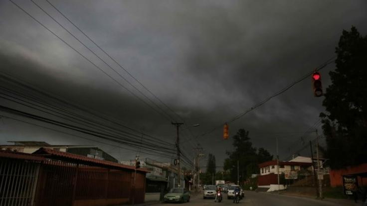 Dichte Aschewolken bedecken den Himmel über Costa Rica.