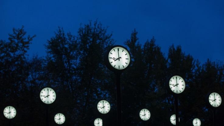 In der Nacht zum 30. Oktober 2016 werden die Uhren umgestellt, wenn die Sommerzeit 2016 offiziell endet und die Winterzeit beginnt. Doch wie kann man sich merken, wann die Uhren vor oder zurück gestellt werden? (Foto)
