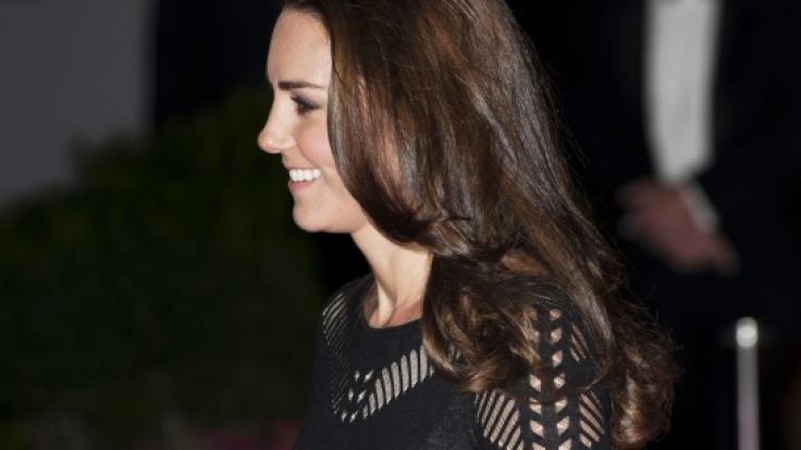 Ungewollter BH-Fauxpas: Kate zeigt, was sie drunter trägt. (Foto)