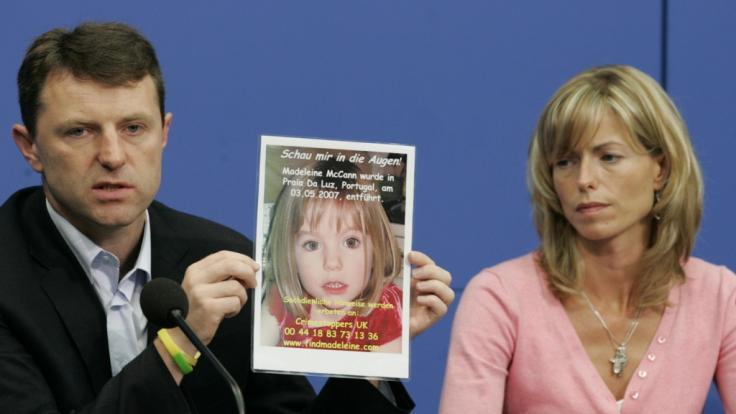 Kate und Gerry McCann zeigen am 06.06.2007 in Berlin während einer Pressekonferenz in Berlin ein Bild ihrer verschwundenen Tochter Madeleine (Maddie).